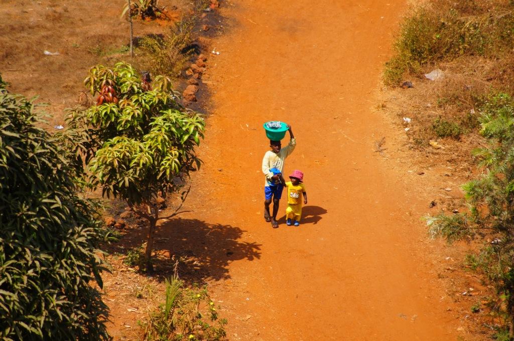 Дети носят воду